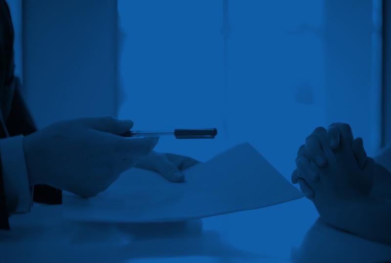 Rozwiązanie umowy opracę bez wypowiedzenia  – powody iodszkodowanie